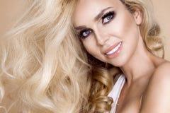 Πορτρέτο μιας όμορφης, χαμογελώντας γυναίκας με τη μακριά ξανθή τρίχα και των λευκών δοντιών Στοκ εικόνα με δικαίωμα ελεύθερης χρήσης