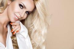 Πορτρέτο μιας όμορφης, χαμογελώντας γυναίκας με τη μακριά ξανθή τρίχα και των λευκών δοντιών Στοκ εικόνες με δικαίωμα ελεύθερης χρήσης
