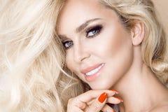 Πορτρέτο μιας όμορφης, χαμογελώντας γυναίκας με τη μακριά ξανθή τρίχα και των λευκών δοντιών Στοκ Εικόνα