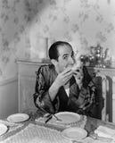 Πορτρέτο μιας ώριμης συνεδρίασης ατόμων στο να δειπνήσει πίνακα και κατανάλωση των φρούτων (όλα τα πρόσωπα που απεικονίζονται δεν Στοκ φωτογραφία με δικαίωμα ελεύθερης χρήσης