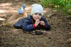 Πορτρέτο μικρών κοριτσιών σε ένα δάσος Στοκ Εικόνα