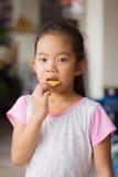 Πορτρέτο, μπισκότο εκμετάλλευσης κοριτσιών, κορίτσι που τρώει ένα μπισκότο, τρόφιμα Στοκ φωτογραφίες με δικαίωμα ελεύθερης χρήσης