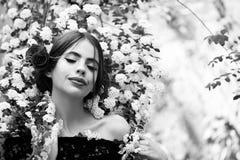 πορτρέτο μόδας ομορφιάς η ομορφιά και η μόδα, κορίτσι με το ισπανικό makeup, αυξήθηκαν στην τρίχα Στοκ φωτογραφίες με δικαίωμα ελεύθερης χρήσης