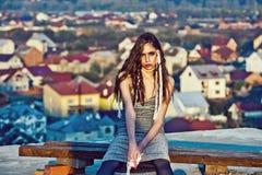 πορτρέτο μόδας ομορφιάς κορίτσι με το makeup και λευκές σειρές στην τρίχα Στοκ φωτογραφίες με δικαίωμα ελεύθερης χρήσης