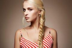 πορτρέτο μόδας ομορφιάς ξανθό κορίτσι προκλητικό Στοκ Φωτογραφίες