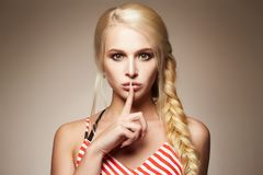 πορτρέτο μόδας ομορφιάς ξανθό κορίτσι προκλητικό Στοκ Εικόνες