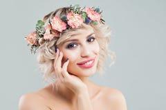 Πορτρέτο μόδας ομορφιάς της όμορφης πρότυπης γυναίκας με τη σγουρές τ στοκ φωτογραφία με δικαίωμα ελεύθερης χρήσης
