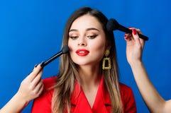 Πορτρέτο μόδας της γυναίκας e ομορφιά τρίχας και σαλόνι κομμωτών σκουλαρίκια κοσμήματος Κορίτσι στο κόκκινο σακάκι στοκ φωτογραφία με δικαίωμα ελεύθερης χρήσης