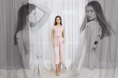 Πορτρέτο μόδας της όμορφης τοποθέτησης νέων κοριτσιών στο σύγχρονο διαμέρισμα Στοκ φωτογραφία με δικαίωμα ελεύθερης χρήσης