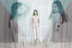 Πορτρέτο μόδας της όμορφης τοποθέτησης νέων κοριτσιών στο σύγχρονο διαμέρισμα Στοκ Εικόνες