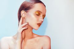 Πορτρέτο μόδας του νέου κομψού κοριτσιού Υπόβαθρο Paslet, πυροβολισμός στούντιο Όμορφη γυναίκα brunette με τα χρυσά χείλια και χρ στοκ εικόνες