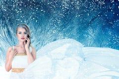 Πορτρέτο μόδας χειμερινής φαντασίας της νέας γυναίκας στοκ εικόνες