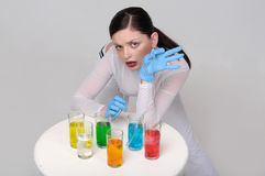 Πορτρέτο μόδας ενός κοριτσιού που πίνει τα χημικά υγρά Στοκ Εικόνες