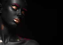 Πορτρέτο μόδας ενός σκοτεινός-ξεφλουδισμένου κοριτσιού με το χρώμα