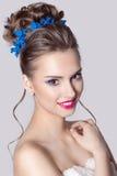 Πορτρέτο μόδας ενός όμορφου ελκυστικού κοριτσιού με μια ευγενή κομψή γαμήλια hairstyles υψηλή και φωτεινή σύνθεση βραδιού με τη ρ Στοκ Εικόνες