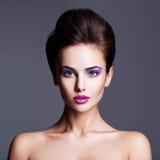 Πορτρέτο μόδας ενός όμορφου κοριτσιού με το δημιουργικό hairstyle στοκ φωτογραφία με δικαίωμα ελεύθερης χρήσης