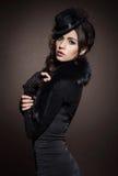 Πορτρέτο μόδας μιας γυναίκας brunette στα μαύρα ενδύματα στοκ φωτογραφίες με δικαίωμα ελεύθερης χρήσης
