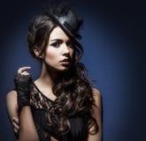 Πορτρέτο μόδας μιας γυναίκας brunette στα μαύρα ενδύματα στοκ εικόνες με δικαίωμα ελεύθερης χρήσης