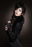 Πορτρέτο μόδας μιας γυναίκας brunette στα μαύρα ενδύματα στοκ φωτογραφία με δικαίωμα ελεύθερης χρήσης