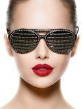 Πορτρέτο μόδας της γυναίκας που φορά τα μαύρα γυαλιά ηλίου με το διαμάντι Στοκ εικόνες με δικαίωμα ελεύθερης χρήσης