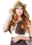 Πορτρέτο μόδας της γυναίκας που φορά το καπέλο μόδας Στοκ Εικόνα