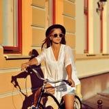 Πορτρέτο μόδας της ελκυστικής ξανθής γυναίκας με έναν εκλεκτής ποιότητας bicyc στοκ εικόνες