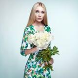 Πορτρέτο μόδας της κομψής γυναίκας με τα θερινά λουλούδια στοκ φωτογραφία με δικαίωμα ελεύθερης χρήσης