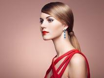Πορτρέτο μόδας της κομψής γυναίκας με τη θαυμάσια τρίχα στοκ φωτογραφία με δικαίωμα ελεύθερης χρήσης