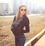 Πορτρέτο μόδας της μοντέρνης αρκετά ξανθής γυναίκας υπαίθρια στοκ εικόνα