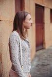 Πορτρέτο μόδας της νέας καθιερώνουσας τη μόδα γυναίκας υπαίθρια στοκ εικόνες