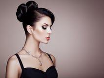 Πορτρέτο μόδας της νέας όμορφης γυναίκας με το κομψό hairstyle Στοκ εικόνα με δικαίωμα ελεύθερης χρήσης