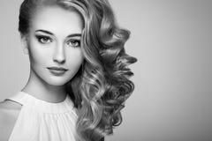 Πορτρέτο μόδας της νέας όμορφης γυναίκας με το κομψό hairstyle Στοκ φωτογραφίες με δικαίωμα ελεύθερης χρήσης
