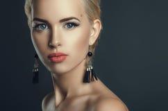 Πορτρέτο μόδας της νέας όμορφης γυναίκας στοκ εικόνα