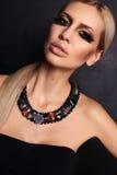 Πορτρέτο μόδας της προκλητικής γυναίκας με τα ξανθά μαλλιά και το φωτεινό makeup Στοκ Εικόνες