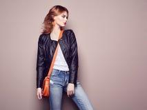 Πορτρέτο μόδας της όμορφης νέας γυναίκας με την τσάντα στοκ εικόνα