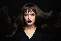 Πορτρέτο μόδας της όμορφης νέας γυναίκας με τη μακριά υγιή τρίχα κορίτσι προκλητικό Στοκ Φωτογραφία
