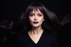 Πορτρέτο μόδας της όμορφης νέας γυναίκας με τη μακριά υγιή τρίχα κορίτσι προκλητικό Στοκ Εικόνες