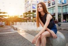 Πορτρέτο μόδας της όμορφης νέας γυναίκας, με τη σύγχρονη πόλη άποψης στοκ εικόνες