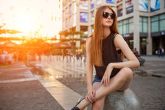 Πορτρέτο μόδας της όμορφης νέας γυναίκας στα γυαλιά ηλίου στοκ φωτογραφίες