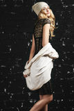 Πορτρέτο μόδας του καθιερώνοντος τη μόδα κοριτσιού με τα ξανθά μαλλιά, που φορούν ένα μαύρα φόρεμα και ένα σακάκι που στέκονται ε Στοκ φωτογραφίες με δικαίωμα ελεύθερης χρήσης