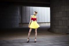 Πορτρέτο μόδας του κοριτσιού που φορά τα πλαστικά εξαρτήματα και τα ενδύματα Στοκ Φωτογραφία