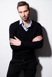 Πορτρέτο μόδας του νεαρού άνδρα στο μαύρο πουλόβερ. Στοκ Φωτογραφίες