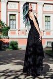 Πορτρέτο μόδας του πανέμορφου κοριτσιού με την μπλε βαμμένη τρίχα μακριά Το όμορφο φόρεμα κοκτέιλ βραδιού στοκ φωτογραφίες