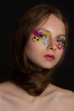 Πορτρέτο μόδας του όμορφου νέου προτύπου με τις αυτοκόλλητες ετικέττες Στοκ Φωτογραφίες