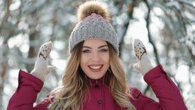Πορτρέτο νέες γυναίκες με τα ξανθά μαλλιά, που απολαμβάνει το χαμόγελο καπέλων χειμερινής ημέρας outdoorshipster ευτυχές εξετάζον φιλμ μικρού μήκους