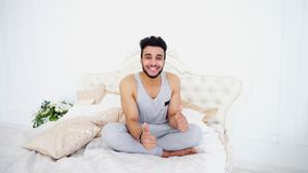 Πορτρέτο νέου Άραβα που στηρίζεται στη δύσκολη ημέρα στο κρεβάτι σε φωτεινό Στοκ φωτογραφία με δικαίωμα ελεύθερης χρήσης