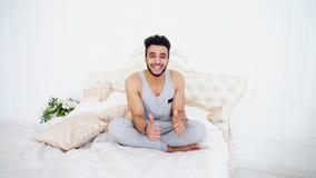 Πορτρέτο νέου Άραβα που στηρίζεται στη δύσκολη ημέρα στο κρεβάτι σε φωτεινό Στοκ Εικόνα