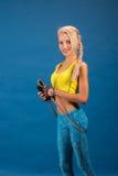 Πορτρέτο νέου και υγιούς ξανθού με το πηδώντας σχοινί Στοκ Φωτογραφίες