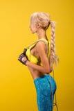 Πορτρέτο νέου και υγιούς ξανθού με το πηδώντας σχοινί Στοκ Εικόνα