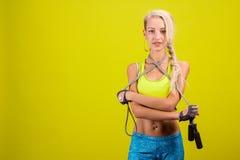 Πορτρέτο νέου και υγιούς ξανθού με το πηδώντας σχοινί Στοκ φωτογραφία με δικαίωμα ελεύθερης χρήσης